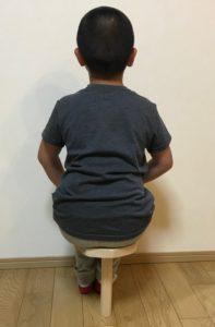 転ばないように一脚椅子に座る男の子