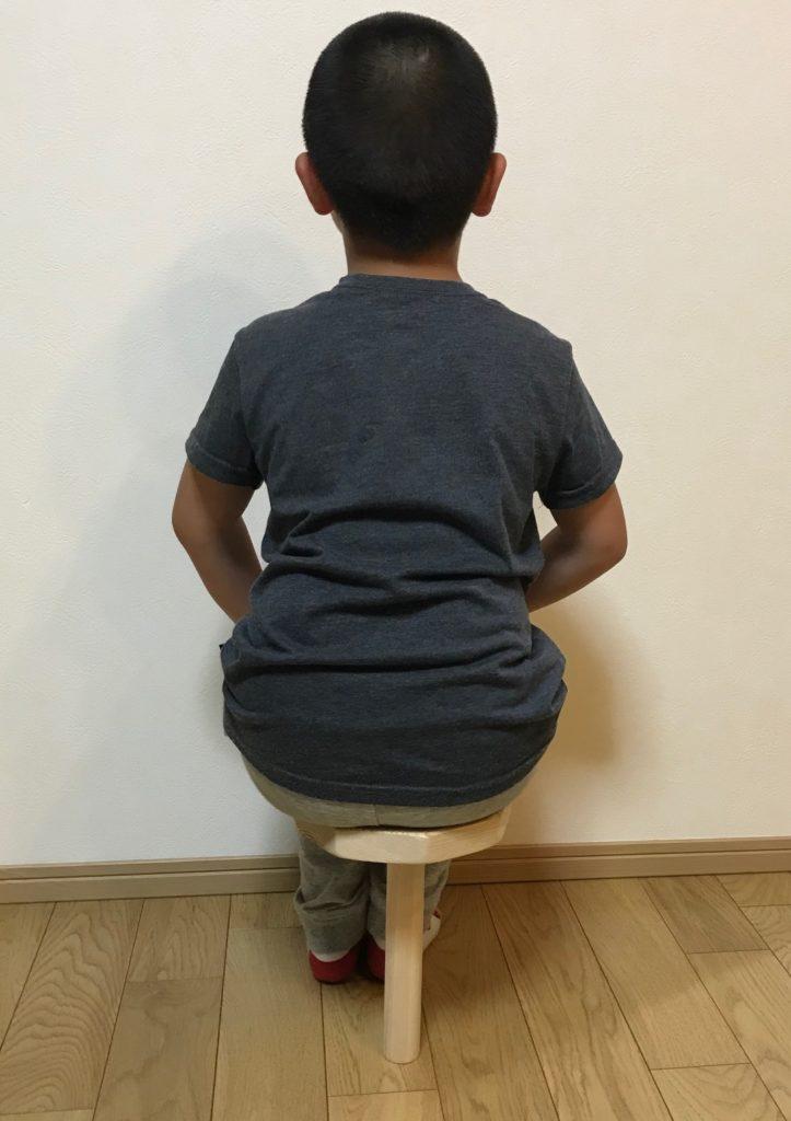 子供一脚椅子後姿